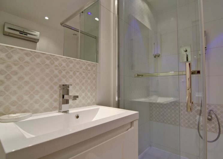 shower in marseille