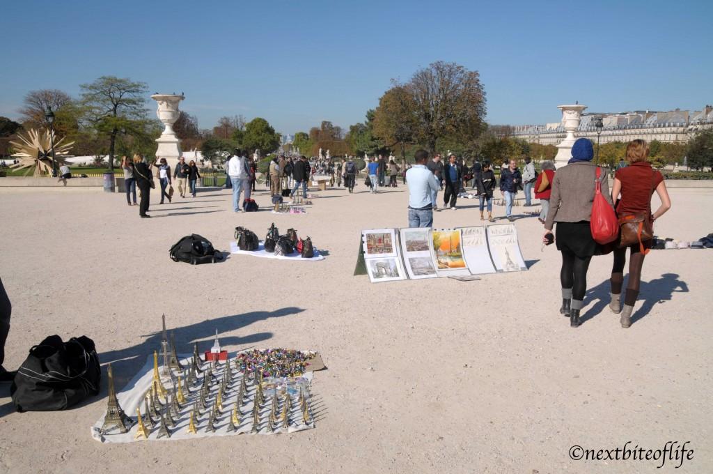 artists and souvenirs in paris park