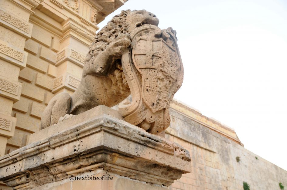 Close up of the lions that guard the entrance.