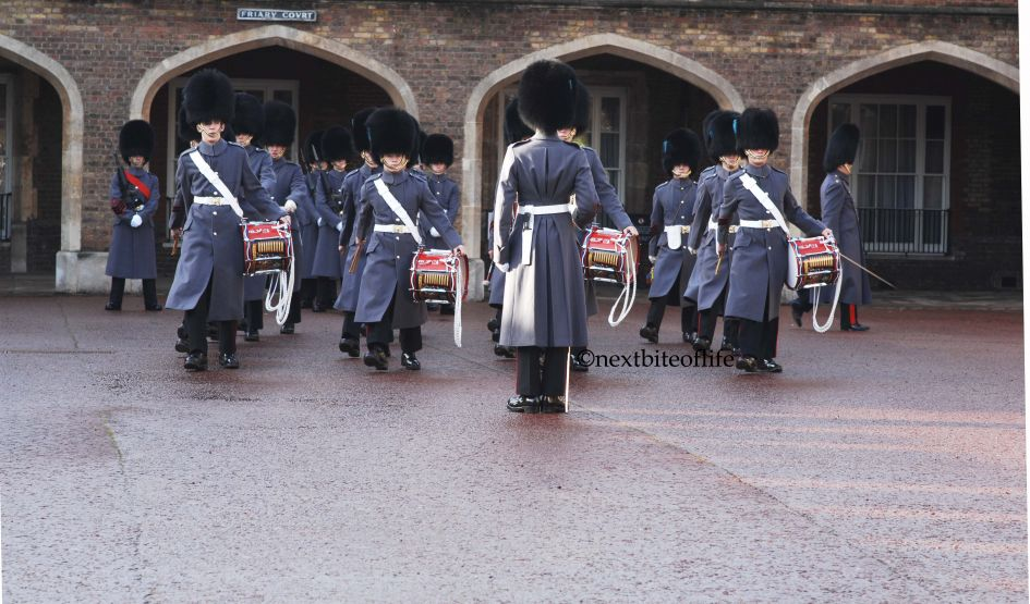 queen's guards with drums blue uniforms in London