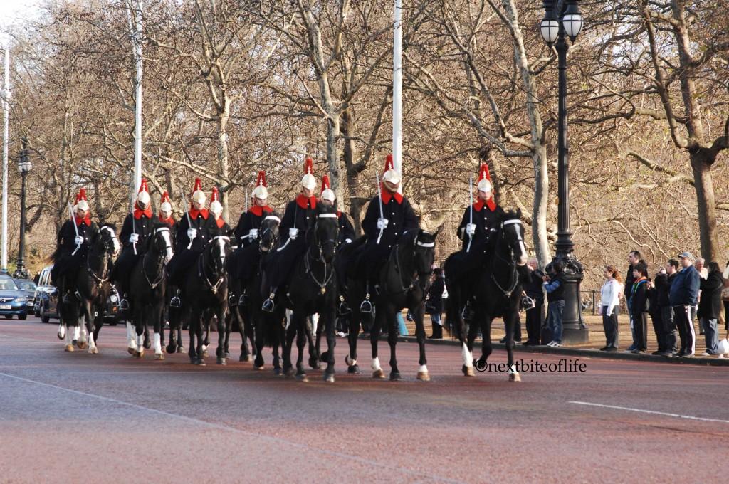 horse guards bucking ham palace