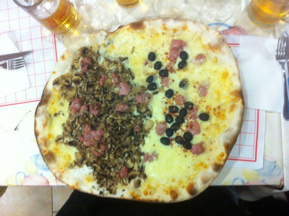 I Girani da Peppe white pizza Rome with sausages, mushroom and olives