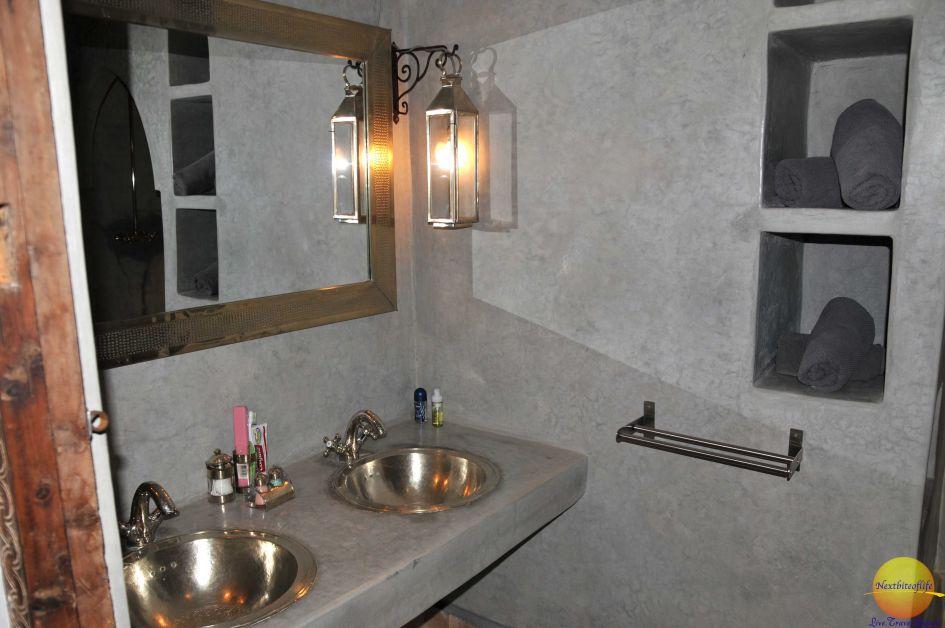 Bathroom, double sinks and a big shower at Riad Farhan Marrakech.