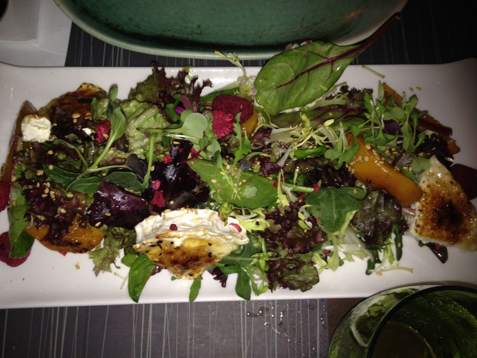 Fantastic salad plate with chicken and feta cheese at Salt restaurant Barceloneta