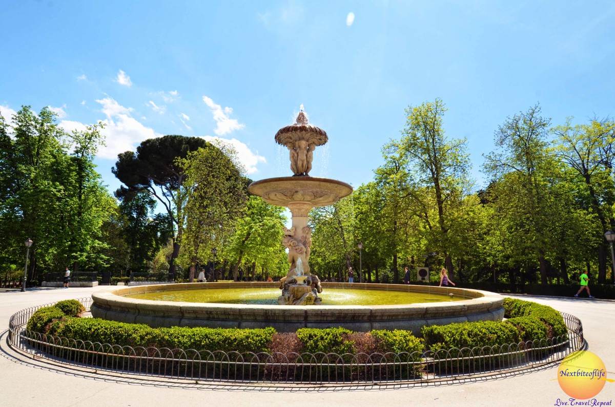 One of the many beautiful fountains in the El Retiro.