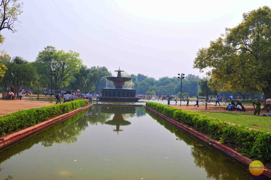 A huge fountain on either side of india gate delhi india