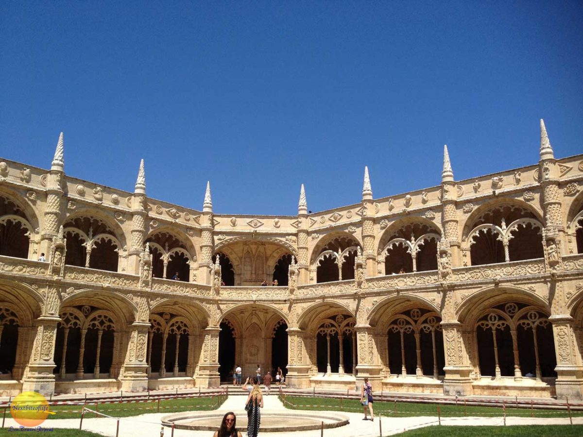 Courtyard of the jeronimos monastery.