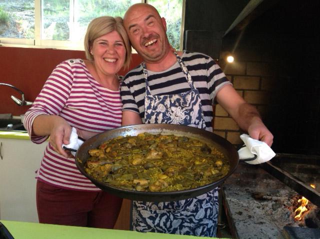 couple holding paella valenciana