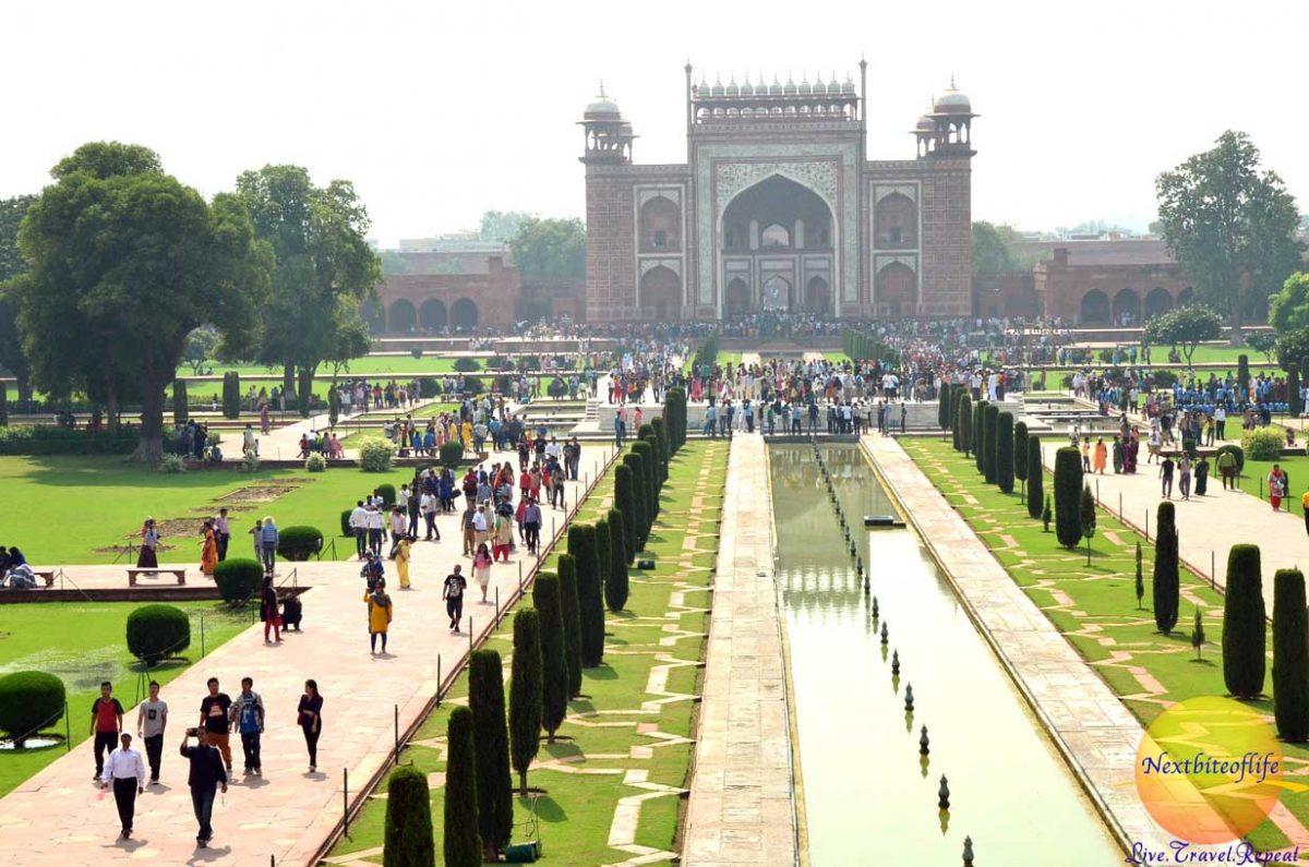 taj mahal crowd india