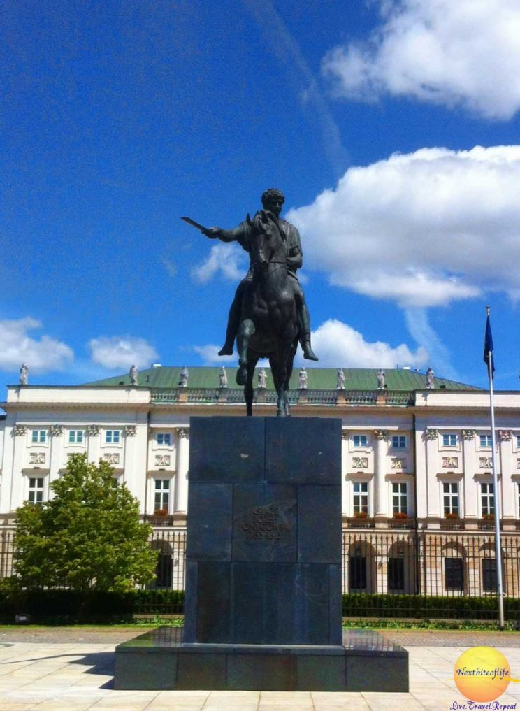 presidential palace warsaw statue
