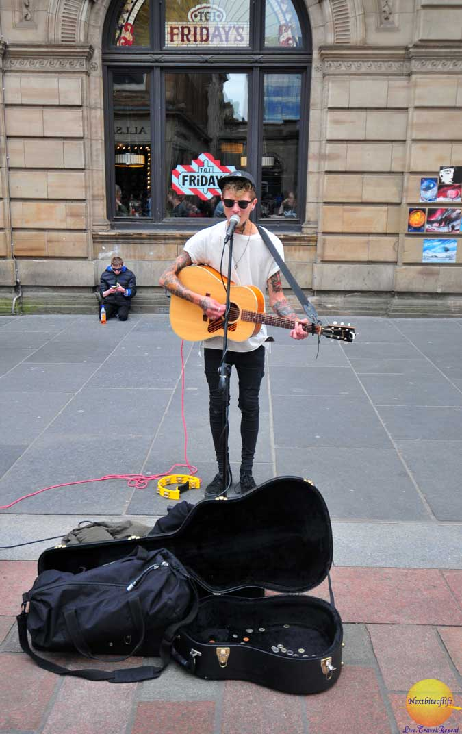 street performer Glasgow visitor guide