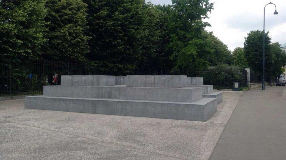 all alone sculpture in Vienna Austria
