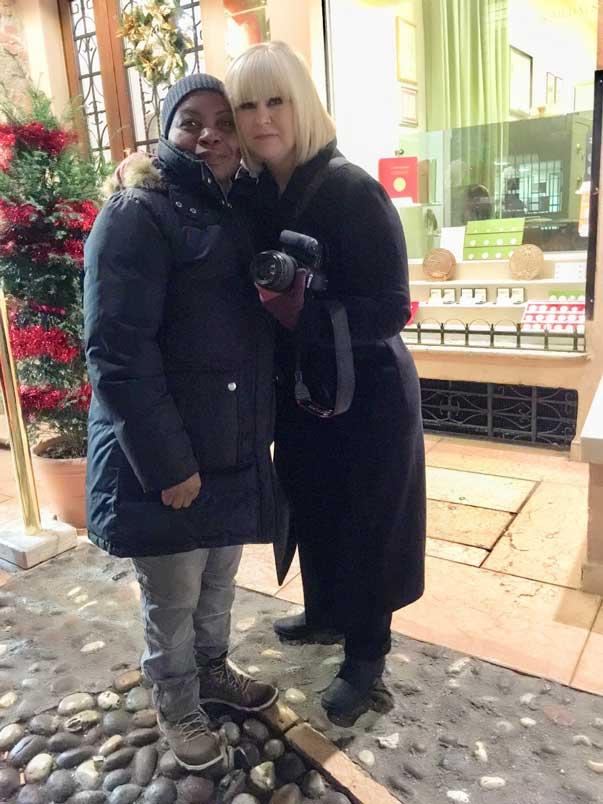 2 women at Juliet's house Verona