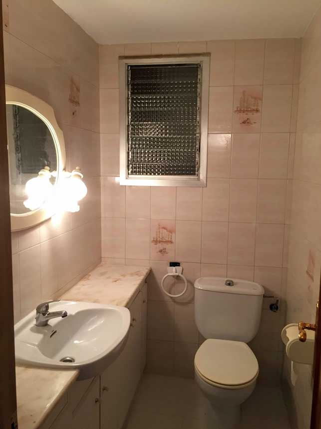 Spanish property purchase - toilet with ceramic walls needs no update