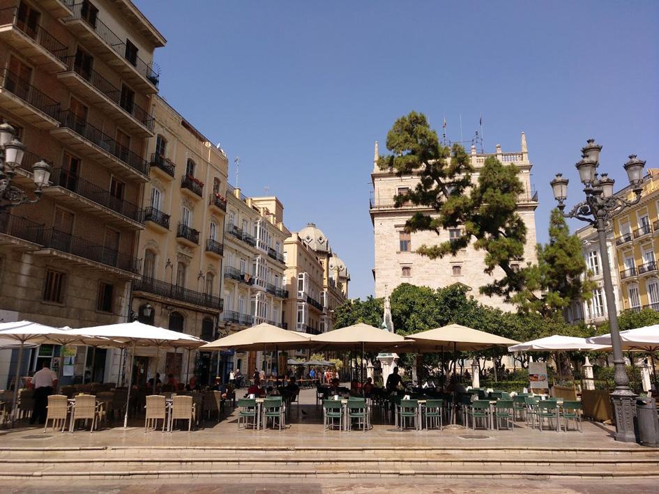 plaza de la Virgen Valencia with tables on patios