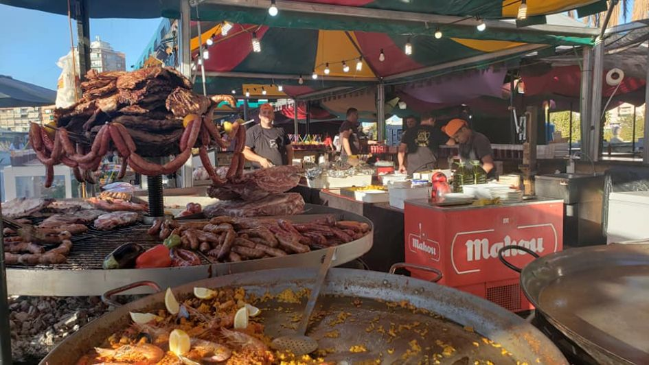 paella and sausages for sale during nou de octubre festivities